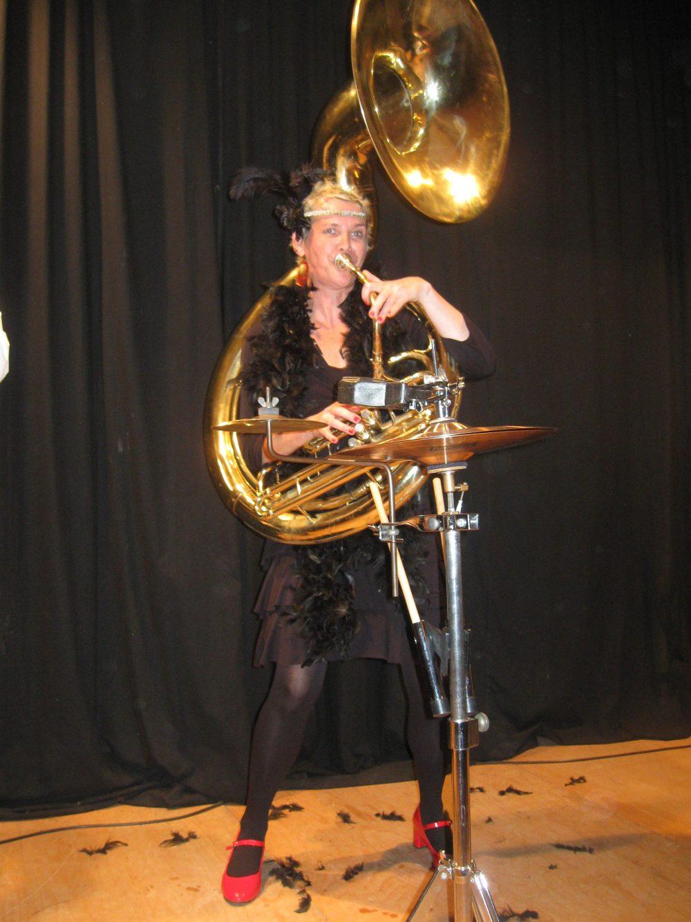 Heike Besen mit Sousaphon